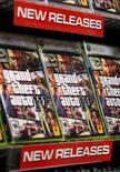 <p>Grand Theft Auto 4 estréia com filas noturnas em lojas dos EUA. 'Grand Theft Auto 4' chegou às lojas norte-americanas na terça-feira, com os fãs formando filas à meia-noite a fim de adquirir as primeiras cópias do jogo de ação elogiado como uma obra-prima brutal e satírica de estatura semelhante a filmes como 'O Poderoso Chefão'. 29 de abril. Photo by Lucas Jackson</p>