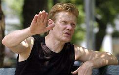 <p>Artist Philippe Petit speaks prior to a performance in New York's Washington Square Park July 30, 2005. REUTERS/Chip East</p>