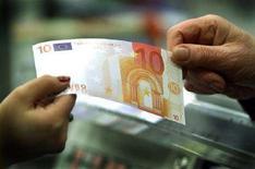 <p>Operazioni di pagamento in un supermercato. REUTERS/Stafano Rellandini DJM</p>