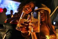 <p>Consumir alcohol reduce la capacidad del cerebro de detectar situaciones de riesgo, indicaron investigadores estadounidenses en un estudio que ayuda a explicar por qué las personas alcoholizadas no pueden distinguir cuando alguien está buscando pelea. Los expertos dijeron que la investigación es la primera en mostrar cómo el alcohol afecta el modo en que el cerebro humano responde a las amenazas. Photo by Jorge Silva/Reuters</p>