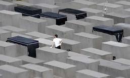 <p>Un trabajador repara los bloques de concreto del memorial del Holocausto, 'Holocaust Mahnmal, en Berlín.Alemania abrió el miércoles al público la mayor colección del mundo de documentos de crímenes nazis y sus víctimas. El Servicio Internacional de Búsquedas (SIB) en la ciudad occidental de Bad Arolsen contiene aproximadamente 50 millones de registros sobre unas 17 millones de víctimas del régimen nazi de Hitler. Photo by Tobias Schwarz/Reuters</p>