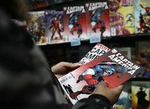 <p>A man holds copies of the Captain America comic book at a store in New York March 7, 2007. REUTERS/Shannon Stapleton</p>