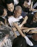 <p>Un uomo che manifesta per la democrazia fermato dalla polizia mentre tenta di avvicinarsi alla torcia olimpica durante una cerimonia a Hong Kong. REUTERS/Kin Cheung/Pool</p>