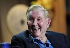 <p>El director ejecutivo de Viacom Inc., Sumner Redstone.El grupo de medios estadounidense Viacom Inc dijo el viernes que sus utilidades netas crecieron un 33 por ciento en el primer trimestre, debido a las sólidas ventas de su videojuego 'Rock Band' y los mayores ingresos publicitarios de su red televisiva MTV Networks. Viacom, dueño del canal de televisión Nickelodeon y el estudio de cine Paramount, ganó 270 millones de dólares, o 42 centavos de dólar por acción, frente a los 203 millones de dólares, o 29 centavos de dólar por título, de hace un año. Photo by Phil Mccarten/Reuters</p>