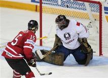 <p>Canada's Dany Heatley scores on Slovenia goalie Robert Kristan during the third period of play at the 2008 IIHF World Hockey Championships in Halifax, Nova Scotia, May 2, 2008. REUTERS/Paul Darrow</p>