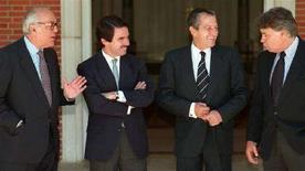 <p>L'ex primo ministro spagnolo Leopoldo Calvo Sotelo (sinistra) e verso destra gli ex premier Jose Maria Aznar, Adolfo Suarez e Felipe Gonzalez. REUTERS</p>