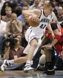<p>Andrei Kirilenko, do Utah Jazz, dribla Tracy McGrady em partida da NBA. O Utah Jazz fez um ótimo terceiro quarto e derrotou na sexta-feira o Houston Rockets por 113 x 91, vencendo a disputa na Conferência do Oeste por 4 x 2. Photo by Ramin Rahimian</p>
