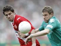 <p>Ivan Klasnic, do Werder Bremen, disputa com Ivan Radeljic em partida em 3 de maio de 2008. A vitória do Werder por 2 x 0 sobre o Energie Cottbus manteve a equipe em segundo lugar no Campeonato Alemão e deixou o Bayern de Munique próximo de seu 21o. título. Photo by Christian Charisius</p>