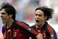 <p>O atacante do AC Milan Filippo Inzaghi (dir) comemora gol com Kaká contra a Inter de Milão neste domingo, em MIlão, dia 4 de maio. O Milan dominou o clássico e derrotou a líder do Campeonato Italiano, a Inter de Milão, por 2 x 1 neste domingo, acirrando a briga pelo título nacional já que a segunda colocada Roma venceu a Sampdoria por 3 x 0. Photo by Max Rossi</p>