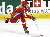 <p>Игрок российской сборной Александр Овечкин бросает по воротам национальной команды Чехии на ЧМ в Квебеке 4 мая 2008 года. Сборная России по хоккею в воскресенье победила команду Чешской республики на чемпионате мира, проходящем в Канаде. (REUTERS/Mathieu Belanger)</p>