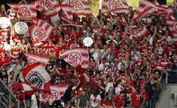 """<p>Болельщики """"Баварии"""" радуются досрочному чемпионству своей команды в Вольфсбурге 4 мая 2008 года. В выходные в Германии прошли матчи чемпионата страны по футболу. (REUTERS/Christian Charisius)</p>"""