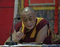 <p>Духовный лидер Тибета Далай-лама на пресс-конференции в Дхарамсале, Индия, 2 мая 2008 года. Представители духовного лидера тибетцев Далай-ламы и китайских властей согласились продолжить переговоры, направленные на разрешение конфликта в Тибете, ставшего неофициальным и печальным символом Олимпиады 2008 года. (REUTERS/Stringer)</p>