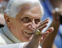 <p>Papa Benedetto XVI in una foto d'archivio. REUTERS/Chris Helgren (VATICAN)</p>