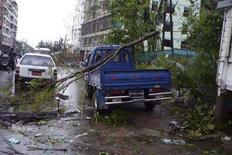 """<p>Последствия циклона """"Наргис"""" в центре Янгона 2 мая 2008 года. Почти 4.000 человек погибли и тысячи считаются пропавшими без вести в районах Мьянмы, пострадавших от разрушительного циклона """"Наргис"""", сообщило в понедельник государственное телевидение страны. (REUTERS/Democratic Voice of Burma/Handout)</p>"""