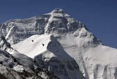 <p>O monte Everest, na região autônoma do Tibete. fotografado em 5 de maio de 2008. A neve espessa pode prejudicar os alpinistas que levarão a tocha olímpica até o topo da montanha. Photo by David Gray</p>