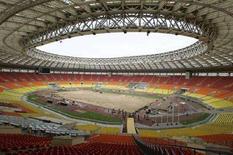 """<p>Вид на поле стадиона Лужники 2 мая 2008 года. Россия отменяет въездные визы для английских болельщиков, купивших билеты на финал Лиги чемпионов между лондонским """"Челси"""" и """"Манчестер Юнайтед"""", который пройдет в Москве, сообщил один из организаторов матча в понедельник. (REUTERS/Mikhail Voskresensky)</p>"""