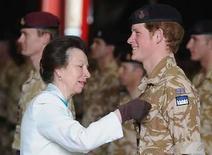 <p>El príncipe Harry de Gran Bretaña recibió el lunes una medalla por sus 10 semanas de servicio militar en el frente en Afganistán. El joven de 23 años sirvió durante el invierno pasado en Afganistán con otros miembros de su Regimiento de Guardia Real, pero en febrero fue trasladado a casa luego de apenas 10 semanas, al colapsar un bloqueo a los medios, desatando temores de que la cobertura mundial sobre su despliegue lo convirtiera en blanco principal para insurgentes pro-talibanes. Photo by Pool/Reuters</p>
