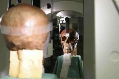 <p>Una cuidadosa investigación de dos años para determinar qué cráneo pertenecía al poeta alemán Friedrich Schiller ha determinado que ninguno de los dos candidatos encaja, prolongando un misterio que dura ya 180 años sobre los restos del célebre autor. Un equipo de expertos internacionales llegó a esta sorprendente conclusión tras comparar las muestras de ADN de los dos cráneos en cuestión con material de las tumbas de familiares del poeta. Photo by Reuters (Handout)</p>