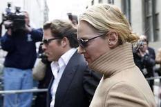 <p>La actriz estadounidense UmaThurman  abandonando la corte, tras testificar en el juicio contra su acosador. Un jurado de Nueva York comenzó a deliberar el lunes en el caso de un hombre acusado de acechar a la actriz Uma Thurman y de acosar a su familia. Jack Jordan, de 37 años, está acusado de enviar correos electrónicos amenazantes al padre y hermano de Thurman, merodear durante horas en las escaleras del departamento de la actriz en Manhattan y visitarla en el set de filmación de 'My Super Ex-Girlfriend', en el 2006. Photo by Chip East/Reuters</p>