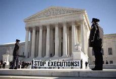 <p>Противники смертной казни пикетируют здание Верхоного суда США в Вашингтоне, 17 января 2007 года. JДжорджия готовится стать первым американским штатом, вернувшимся к смертной казни после отмены Верховным судом США в апреле этого года моратория на исполнение высшей меры наказания. (REUTERS/Jason Reed)</p>