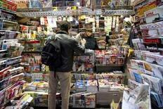 <p>Les journaux qui souhaitent concurrencer internet devraient devenir gratuits et mettre à l'avenir davantage l'accent sur le commentaire et sur les opinions, selon un sondage réalisé auprès d'éditeurs de presse. /Photo d'archives/REUTERS/Charles Platiau</p>