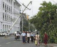 """<p>Люди на улицах Янгона, пострадавшего от циклона """"Наргис"""", 6 мая 2008 года. Число жертв циклона в Мьянме (бывшей Бирме) достигло почти 22.500 человек, сообщило во вторник государственное телевидение. (REUTERS/Strringer)</p>"""