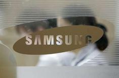 <p>Samsung Electronics, le premier fabricant mondial de mémoires, va coopérer avec Intel et TSMC, ses principaux concurrents, pour développer une nouvelle génération de galettes de silicium plus larges afin d'augmenter la production du nombre de puces. /Photo prise le 22 avril 2008/REUTERS/Jo Yong-Hak</p>