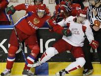 <p>Хоккеист сборной России Никулин (слева) борется с датчанином Грином (справа) в матче чемпионата мира в Квебеке 6 мая 2008 года. Сборная команда России по хоккею обыграла команду Дании на чемпионате мира, проходящем в Канаде. (REUTERS/Mathieu Belanger)</p>