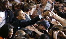 <p>Кандидат от Демократической партии США Барак Обама встречается со своими сторонниками в Северной Каролине 6 мая 2008 года. Делегаты от Демократической и Республиканской партий США на съездах в августе и сентябре сделают выбор в пользу кандидатов от своих партий, которые примут участие в президентских выборах 4 ноября. (REUTERS/Ellen Ozier)</p>