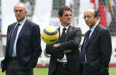 <p>Immagine d'archivio di Antonio Giraudo (a sinistra), Fabio Capello (a destra) e l'ex direttore generale della Juventus Luciano Moggi. REUTERS/Max Rossi</p>