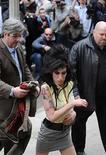 <p>La cantante Amy Winehouse a su llegada a la estación policial de Holborn en Londres. La cantante británica Amy Winehouse fue arrestada el miércoles por supuesta posesión de drogas, informaron fuentes policiales. La cantante ganadora del Grammy, que hace dos semanas fue liberada bajo fianza por un cargo de agresión, estaba retenida después que se entregara en una estación de policía de Londres. Photo by (C) TOBY MELVILLE / REUTERS/Reuters</p>