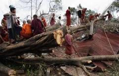 <p>Pessoas removem destroços deixados pela passagem do ciclone Nargis em Yangon. Os Estados Unidos continuam esperando a aprovação de Mianmar para começar a enviar ajuda em aviões militares às vítimas do ciclone Nargis. Photo by Stringer</p>