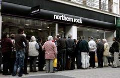 <p>Clienti in fila davanti a una banca a Londra. REUTERS/Alessia Pierdomenico/Files (BRITAIN) Photograph taken on September 17, 2007</p>