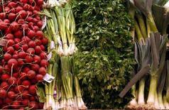 <p>Verdure sulla bancarella di un mercato ortofrutticolo. REUTERS/Lucy Nicholson (UNITED STATES)</p>