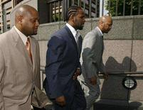 <p>Recording artist R. Kelly, flanked by his security guards, arrives at the Cook County Criminal Courthouse in Chicago, May 9, 2008. REUTERS/John Gress</p>