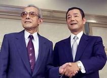 <p>El presidente de Nintendo, Hiroshi Yamauchi (izquierda)  junto al presidente de Konami Kagemasa Kozuki, en Tokyo, Japón. Las boyantes ventas de la consola de juegos de video Wii de Nintendo han convertido al presidente de la empresa, Hiroshi Yamauchi, en el hombre más rico de Japón, con una fortuna de 7.800 millones de dólares, dijo la revista Forbes en sus listas anuales. El patrimonio neto de Yamauchi, de 80 años, creció 3.000 millones de dólares el año pasado -- elevándolo desde el tercer puesto para superar al magnate de las propiedades Akira Mori, el hombre más rico de Japón el año pasado, dijo la revista. Photo by (C) REUTERS PHOTOGRAPHER / REUTERS/Reuters  ST</p>