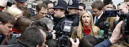<p>La esposa del ex beatle, Paul McCartney, Heather Mills habla con la prensa a la salida de la corte en Londres. Paul McCartney y su esposa Heather Mills tienen previsto regresar el lunes a la Corte Suprema de Londres para terminar formalmente su divorcio. En la audiencia ante el juez Hugh Bennett, es probable que a la pareja se le otorgue el divorcio bajo la indiscutible base de que ha vivido separada por dos años. Photo by (C) STEPHEN HIRD / REUTERS/Reuters</p>