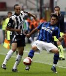 <p>Un momento di Inter-Siena, finita 2-2. REUTERS/Stefano Rellandini (ITALY)</p>