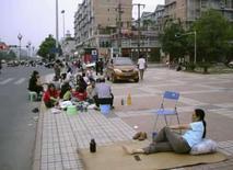 <p>Chineses se preparam para passar a noite narua depois do terremoto, em Mianyang, China, 12 de maio. Photo by Stringer</p>