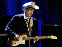<p>Bob Dylan performs at the Wiltern Theater in Los Angeles in this May 5, 2004 file photo. REUTERS/Rob Galbraith/Files</p>