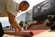 <p>Funcionário estica o tapete vermelho para o 61o festival de Cannes, em 13 de maio de 2008 REUTERS. Photo by Christian Hartmann</p>