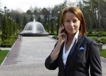 <p>Natalia Timakova fala ao celular em Moscou, dia 13 de maio. Mais de 30 por cento dos trabalhadores escolheriam o celular em vez da carteira, chaves, laptop ou tocador digital de música se tivessem que sair de casa por 24 horas e pudessem levar consigo apenas um objeto, é o que aponta uma pesquisa divulgada nesta terça-feira. Photo by Ria Novosti</p>