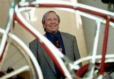 <p>Seminal North American pop artist Robert Rauschenberg stands in front of one of his works, a bicycle illuminated with neon, at the presentation of his retrospective exhibit in Bilbao's Guggenheim Museum in this November 20, 1998 file photo. REUTERS/Vincent West</p>