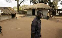 <p>Yohane Banda, el padre de David Banda, en el villorrio de Lipunga. La cantante Madonna no asistirá a la decisión final de la Corte Suprema de Malaui sobre su petición de adoptar a un niño local, debido a que está ocupada con otros compromisos, según informó su abogado el martes. Se espera que la Corte Suprema apruebe este jueves la petición de la cantante de adoptar al pequeño David Banda de dos años de edad. El gobierno de Malaui y el padre del pequeño -su único familiar directo vivo- han apoyado la adopción. Photo by Siphiwe Sibeko/Reuters</p>