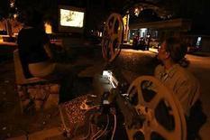 <p>Sin dinero ni permisos, jóvenes cineastas cubanos están abriéndose espacios en las instituciones culturales oficiales con documentales filmados con ojo crítico. Los nuevos realizadores, que hurgan en temas que van desde la censura política y la emigración hasta la politización de la sociedad o la falta de diversidad, dicen chocar a menudo con la burocracia estatal. Photo by (C) CLAUDIA DAUT / REUTERS/Reuters  REUTERS/Claudia Daut (CUBA)</p>