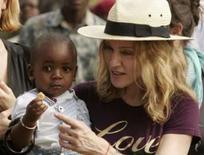 <p>Madonna com David Banda, o menino de Malauí que ela tenta adotar. Photo by Siphiwe Sibeko</p>