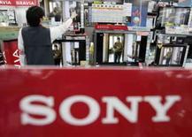 <p>A Sony anunciou um surpreendente prejuízo trimestral, na quarta-feira, causado pela fraqueza do mercado de ações que reduziu o valor dos títulos detidos por sua divisão financeira, mas previu lucro superior ao esperado para este ano. Photo by Yuriko Nakao</p>
