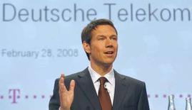 <p>Rene Obermann, président du directoire de Deutsche Telekom, assure que l'opérateur allemand, qui vient d'annoncer qu'il montait à 25% dans l'opérateur grec OTE, ne subit aucune pression pour renforcer sa présence à l'international par le biais d'autres acquisitions. /Photo prise le 28 février 2008/REUTERS/Ina Fassbender</p>