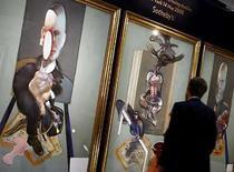 <p>La obra 'Triptych, 1976' (en la foto) de Francis Bacon se vendió por 86 millones de dólares en una subasta de arte contemporáneo de Sotheby's, estableciendo un récord para el arte de posguerra y contribuyendo a que la casa mejore sus resultados en sus casi 300 años de historia. Con un total de 362 millones de dólares incluida la comisión, la casa de subastas eclipsó incluso sus mejores pases impresionistas y modernos, marcando otro hito en el aparentemente imparable mercado del arte contemporáneo y de la posguerra. Photo by (C) ALESSIA PIERDOMENICO / REUTERS/Reuters</p>