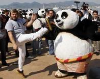 <p>O ator e dublador Jack Black posa para a estréia do filme 'Kung Fu Panda', em Cannes, dia 14 de maio. Quem precisa de super-heróis cinematográficos como Homem de Ferro, quando o público pode contar com um urso panda chamado Po capaz de dar mirabolantes chutes de kung fu?. Photo by Jean-Paul Pelissier</p>